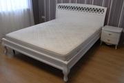 Белая деревянная кровать