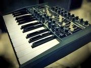 Продам аналоговый синтезатор Arturia Minibrute
