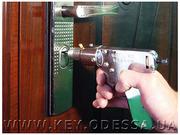 Открыть заклинившую дверь